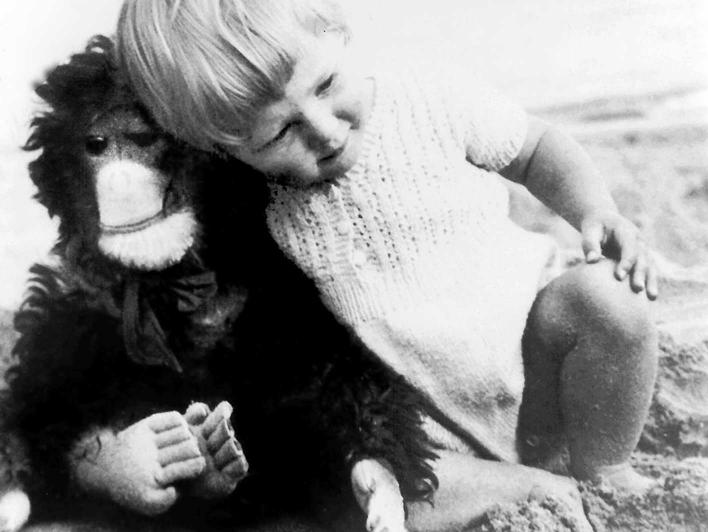 Jane Goodall als kleines Kind mit ihrem Blüschaffen