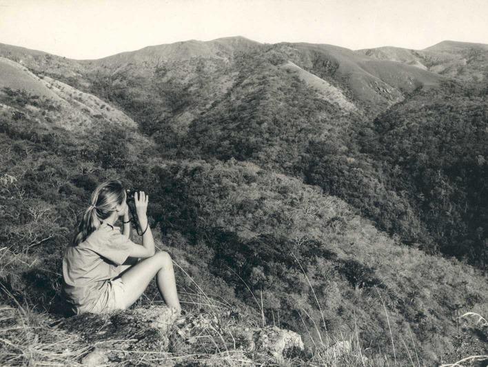 Schwarz-weiß Foto von Jane mit Fernglas im Gombe Nationalpark