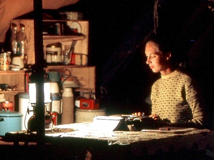 Jane Goodall schreibt an ihrer Schreibmaschine in Gombe