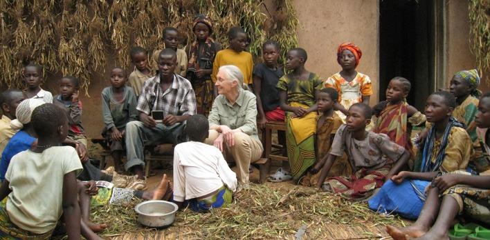 Jane Goodall mit afrikanischer Dorfgemeinschaft