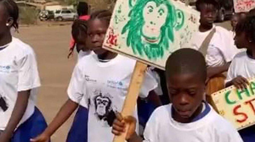 Afrikanische Kinder mit Schildern