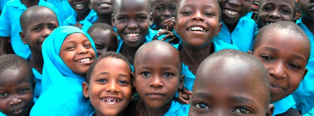 Afrikanische Kinder posieren vor Kamera