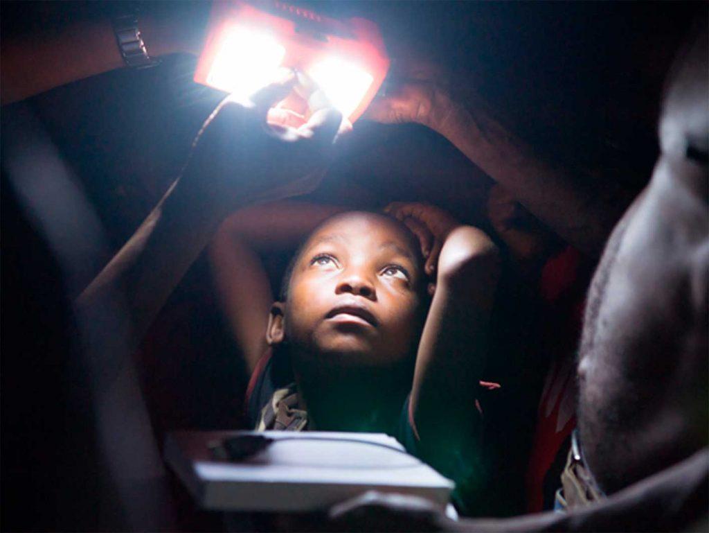 Solarlampen erhellen das Haus einer Familie