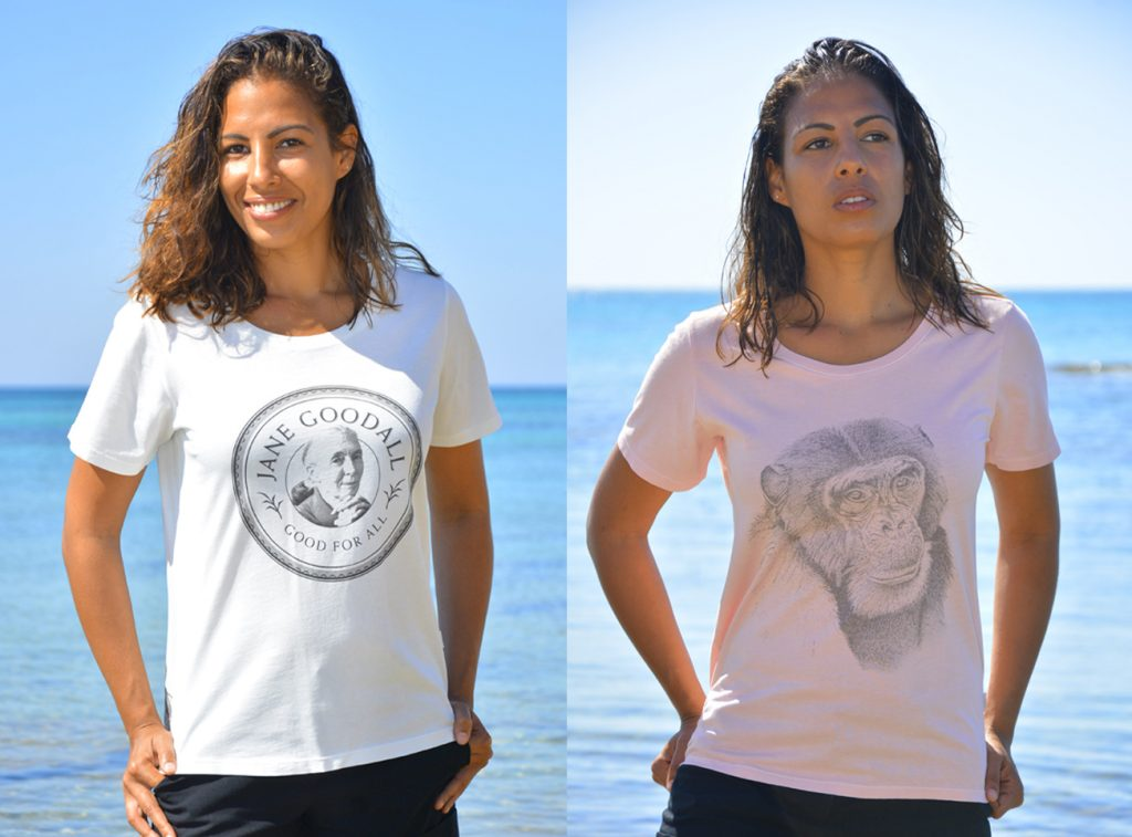 Model trägt T-shirt der Jane Goodall Collection.